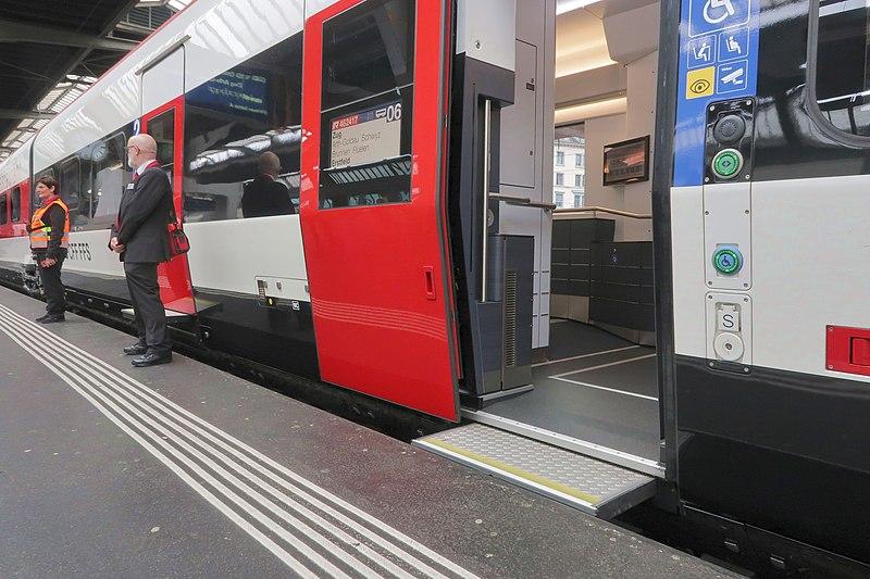 Zug mit Niederflureinstieg und kleiner Brücke zum Schließen des Spalts zwischen Zug und Plattform.