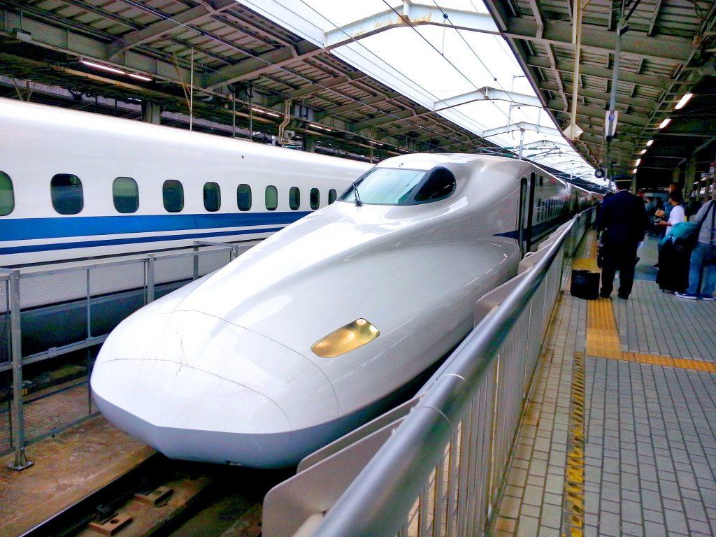 Japanischer Zug von schräg vorne mit lang gestreckter Nase