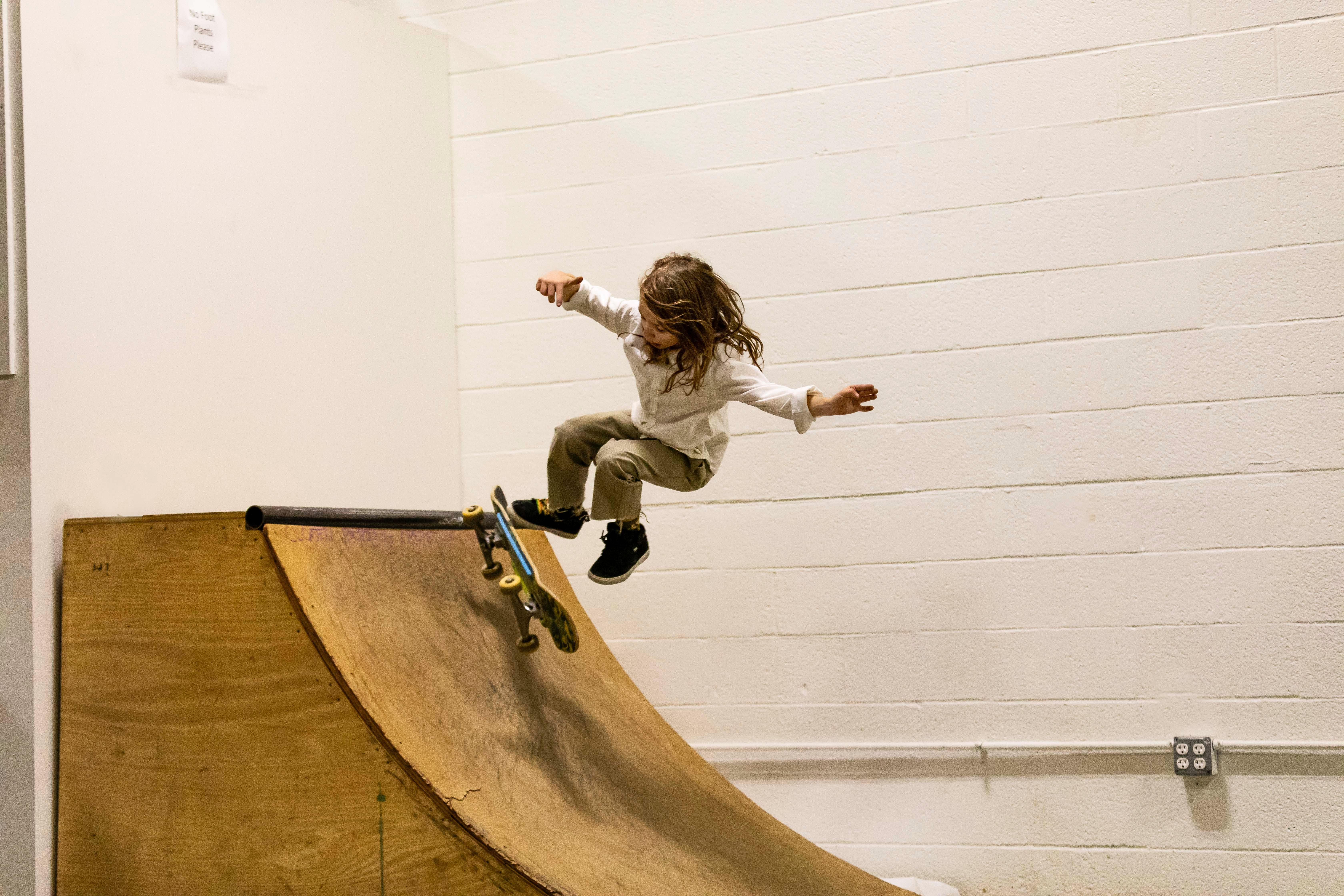 Mit Skateboard in der Halfpipe