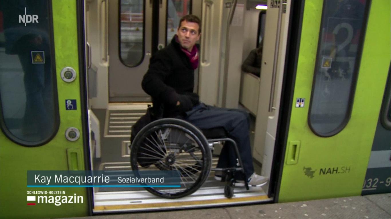 Rollstuhlfahrer im Nahverkehrszug. Eingang.