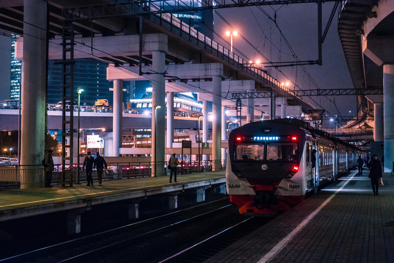 Zug am Bahnhof, nachts
