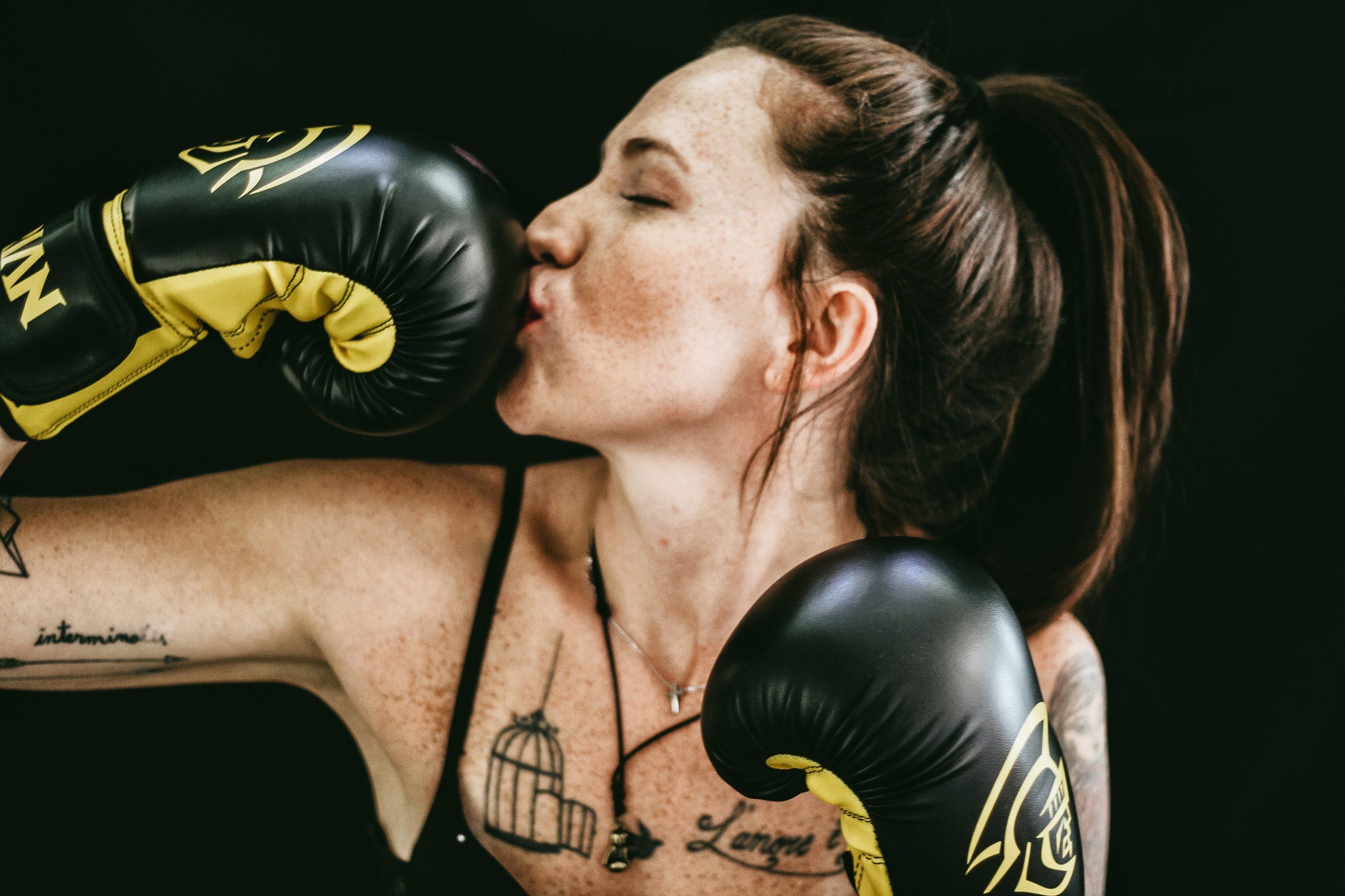 Frau küsst ihren Boxhandschuh