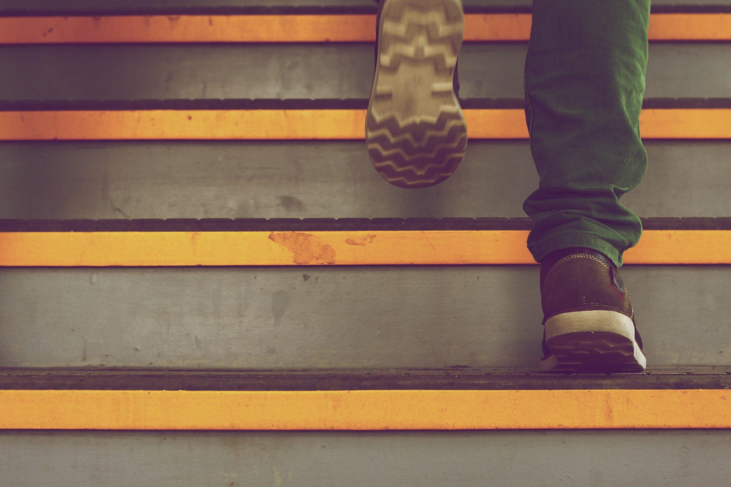Ausschnitt: Treppe mit Fussgänger