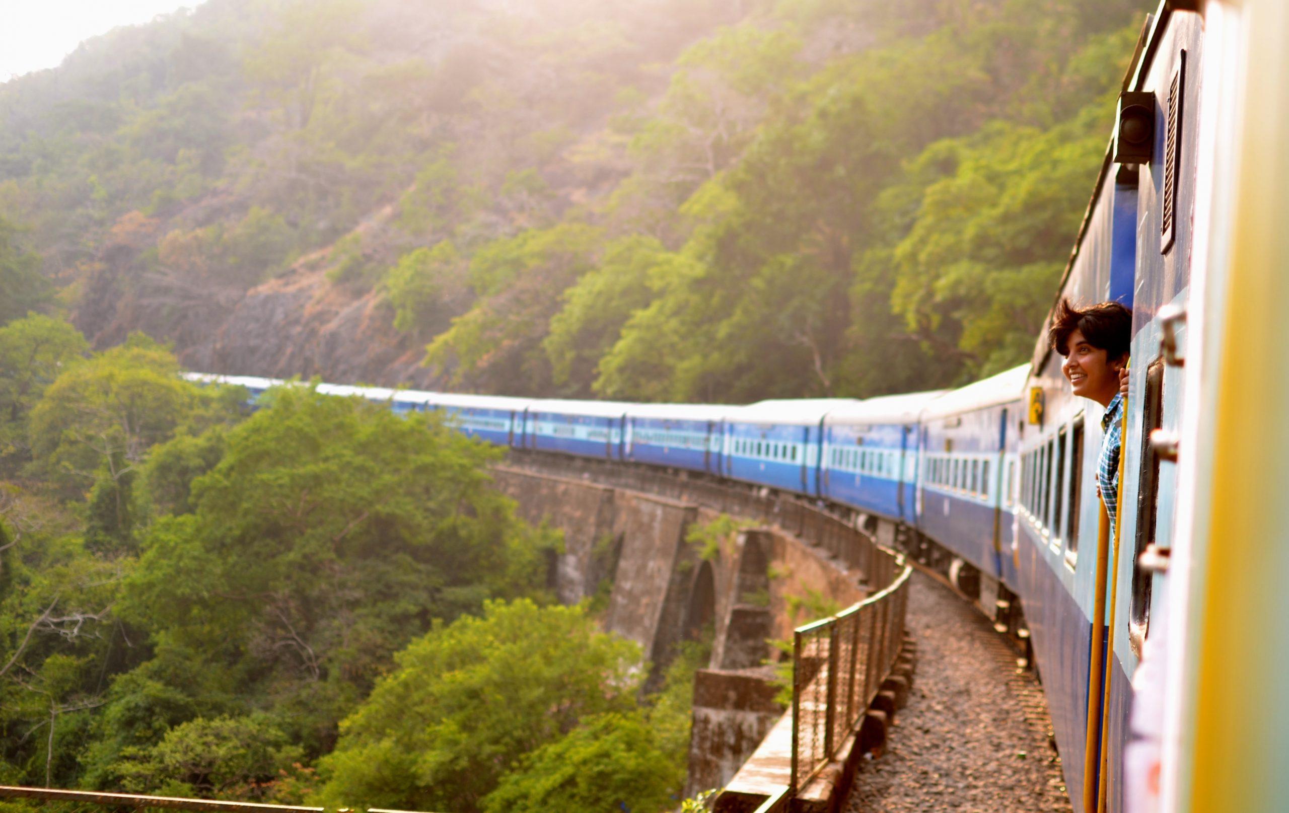 Zug in Indien, Person guckt aus dem Fenster
