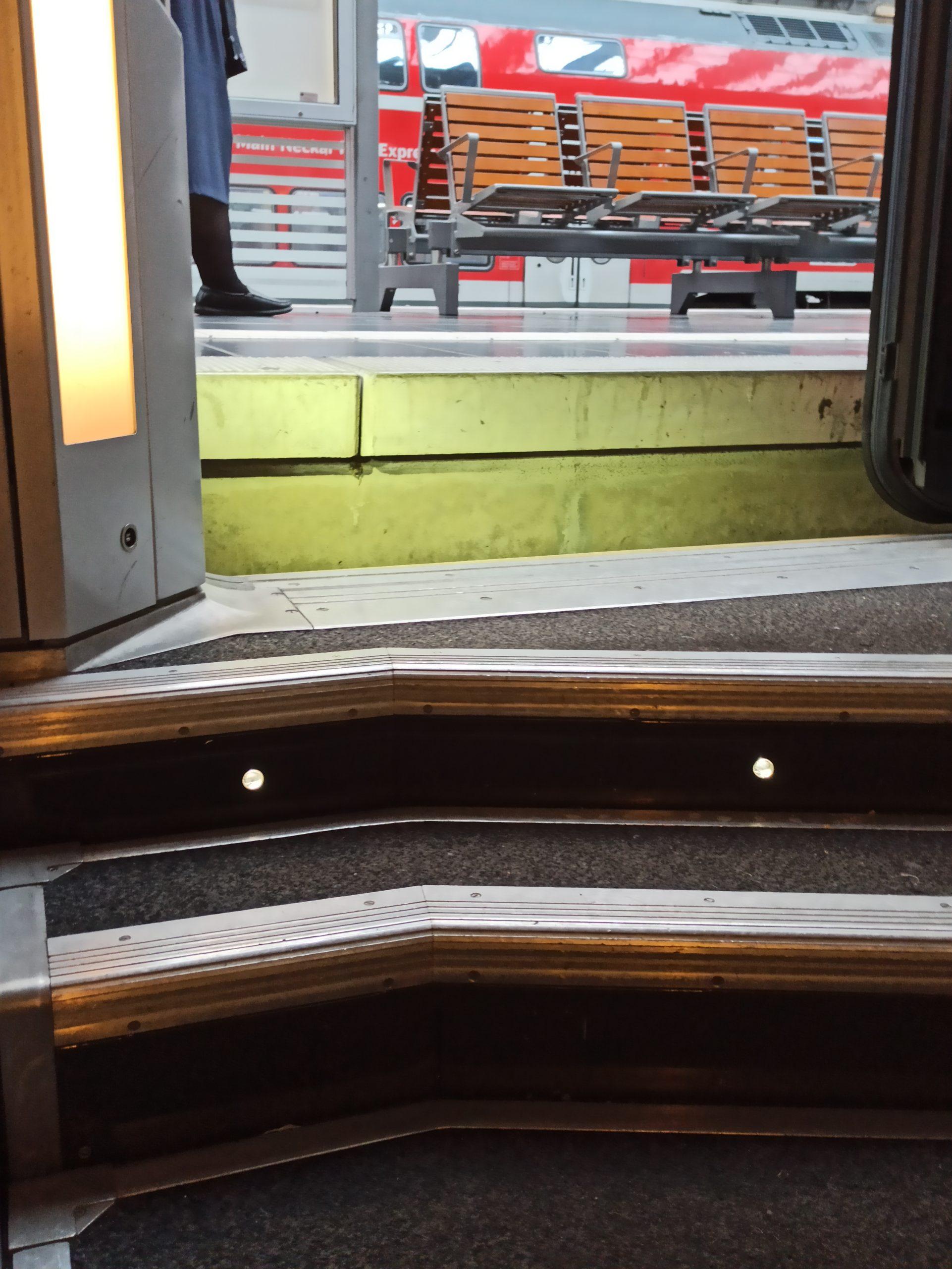 Blick aus dem TGV heraus auf eine typische 76er Plattform (viele Stufen sind zu sehen)